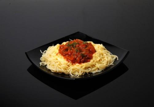 Спагетти с соусом и сыром