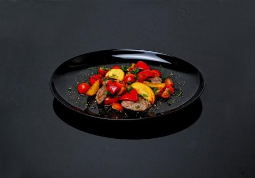Свинина с овощами и дольками картофеля