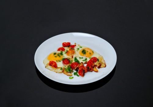 Яичница глазунья с помидорами Черри и луком