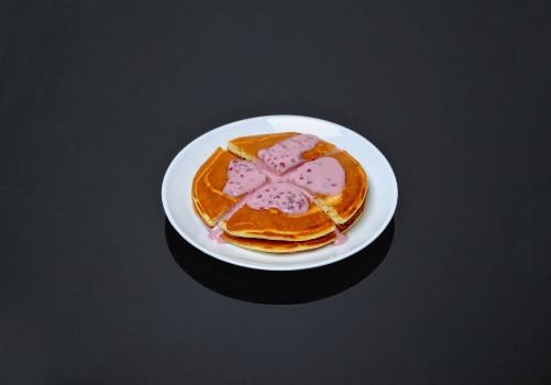 Панкейки в сметанно-малиновом соусе